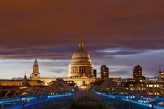 Czerwony niebo nad St Paul katedrą obraz stock