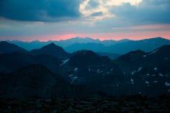 Czerwony niebo przed wschodem słońca w Pyrenees górach Zdjęcia Royalty Free
