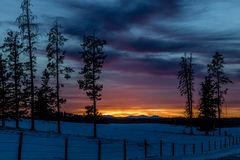 Czerwony niebo przy nocą, zmierzch, Kowbojski ślad, Alberta, Kanada zdjęcia royalty free