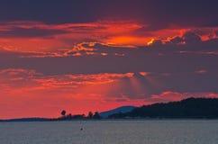 Czerwony niebo przy zmierzchem nad morzem z małym przylądkiem w tle, Sithonia Zdjęcie Royalty Free