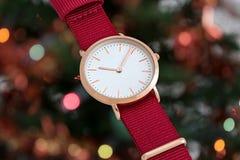 Czerwony nylonowy patki wristwatch przed bożonarodzeniowe światła fotografia stock