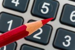 Czerwony ołówek i kalkulator obraz stock