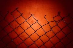 Czerwony obdarty metal siatki ogrodzenie fotografia stock