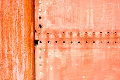Czerwony obraz na Ośniedziałym metalu drzwi tle fotografia stock