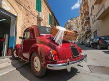 Czerwony odwracalny retro samochód Obrazy Stock