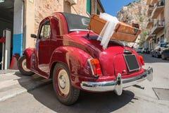 Czerwony odwracalny retro samochód z skrzynką Zdjęcia Royalty Free