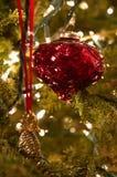 Czerwony ornament i złocisty ananas na choince obraz royalty free