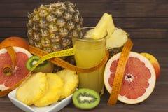 Czerwony owocowy dla ciężar straty i grapefruitowy Świeży żywienioniowy jedzenie dla atlet Owoc na drewnianym stole Obraz Stock