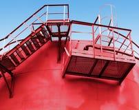 Czerwony paliwowy zbiornik z schodki obraz stock