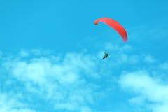 Czerwony paraglider na niebieskim niebie Zdjęcie Stock