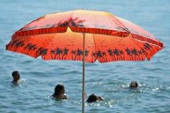 Czerwony parasol morzem Zdjęcie Royalty Free