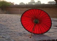 Czerwony parasol na pokazie przy świątynią Obraz Royalty Free