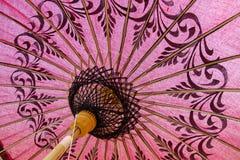 Czerwony parasol na ulicznym rynku w Bagan Obraz Royalty Free