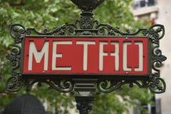 Czerwony Paryski metra metra wejścia znak Zdjęcia Stock