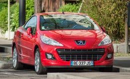 Czerwony Peugeot 308 CC parkujących w ulicie zdjęcia stock
