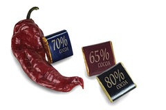 Czerwony pieprz i sześciany czekolada z kakaową zawartością odróżniamy się Obrazy Stock