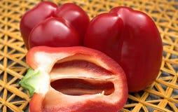 Czerwony pieprz na słomianej macie Zdjęcie Royalty Free
