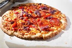 Czerwony pieprz, pepperoni pizza zdjęcie royalty free