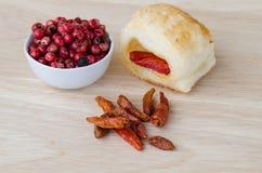 Czerwony pieprz z wysuszonymi chillies i preclem Fotografia Stock