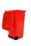 Czerwony Plastikowy Jałowego zbiornika Lub Wheelie kosz, Odizolowywający Na bielu Fotografia Stock