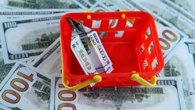 Czerwony plastikowy koszykowy pieniądze dolar zbiory