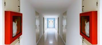 Czerwony Pożarniczego węża elastycznego gabinet w korytarzu obraz royalty free