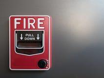 Czerwony pożarniczy alarm na szarym tle fotografia stock