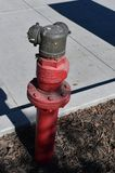 Czerwony pożarniczy hydrant na ulicie w wiośnie zdjęcia royalty free
