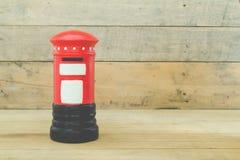 Czerwony poczta pudełko na drewnianym tle obrazy royalty free