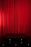 Czerwony podium na tle czerwień drapuje zasłony zdjęcia stock