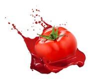 Czerwony pomidor z soku pluśnięciem odizolowywającym na bielu Fotografia Royalty Free