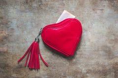 Czerwony portfel na drewnianym tle obrazy royalty free