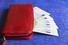 Czerwony portfel z Euro banknotami, Zdjęcia Royalty Free