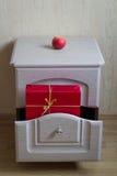Czerwony prezent w nightstand Obrazy Stock