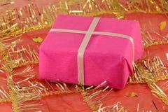 Czerwony prezent z białym faborkiem i łękiem Zdjęcie Royalty Free