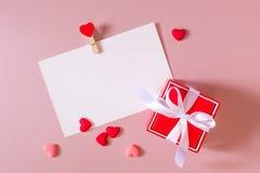 Czerwony prezenta pudełko z łękiem, materiały, fotografia, pocztówkowy szablon z kahatem i mali serca,/ Obraz Royalty Free