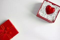 Czerwony prezenta pudełko z sercem walentynka dniem pojęcie daje kierowej miłości kosmos kopii fotografia stock