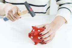 Czerwony prosiątko bank, młot trzymający kobietą i zdjęcia stock