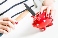Czerwony prosiątko bank, młot trzymający kobietą i obrazy stock