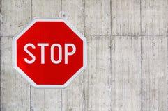 Czerwony przerwa znak na betonowej ścianie Obraz Stock