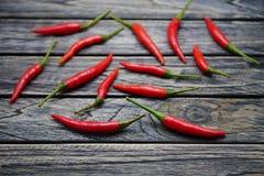 Czerwony ptasi ` s oka chili pieprz odizolowywający na drewnianym tle obrazy stock