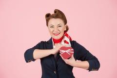 Czerwony pudełko z faborkiem w ręce brunetki kobieta Boksuje dla teraźniejszości w ręce piękny airhostess Walentynki pojęcia kobi Zdjęcie Stock