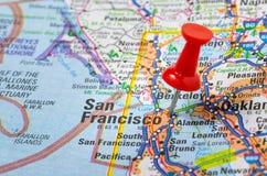 Czerwony Pushpin na mapie fotografia royalty free