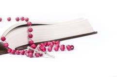 Czerwony różaniec na książce Obraz Royalty Free