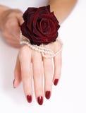 Czerwony różany manicure, i perły Zdjęcia Royalty Free