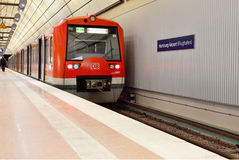 Czerwony Regio pociąg przy Hamburskim lotniskiem w Niemcy Obraz Royalty Free