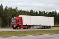 Czerwony Renault Przewozi samochodem T na autostradzie Semi Fotografia Stock