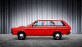 Czerwony retro samochód przy wzrostem Zdjęcie Royalty Free