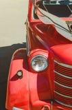Czerwony retro samochód, W górę, selekcyjna ostrość zdjęcia stock