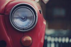 Czerwony Retro Samochodowy wioski wiosny sezon obrazy stock
